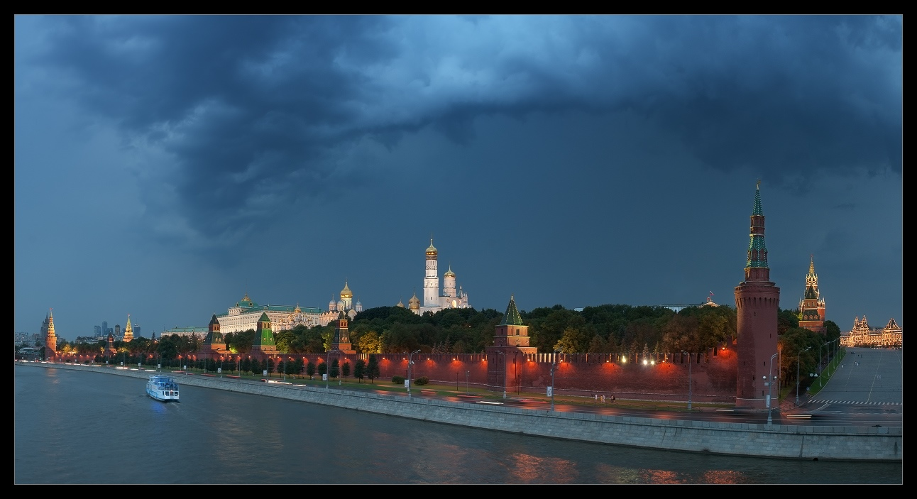 Bright photographs of night Moscow by Andrey Ulyashev - 12