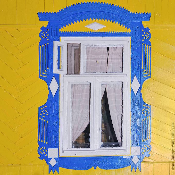Traditional Russia: Fabulous hand-carved wooden window frames - 4