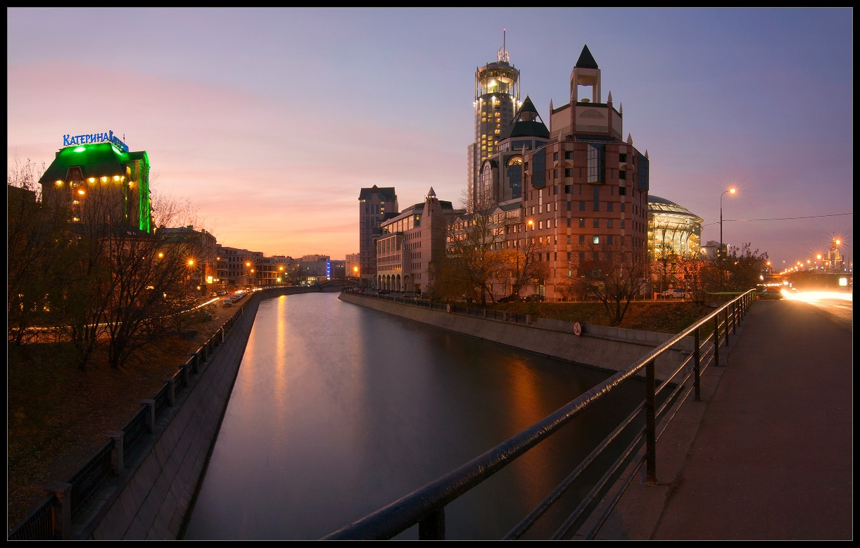Bright photographs of night Moscow by Andrey Ulyashev - 3