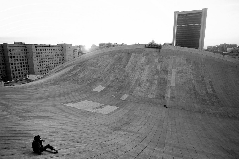 Skateboarding on the roof of the Olimpiysky Swimming Pool - 1