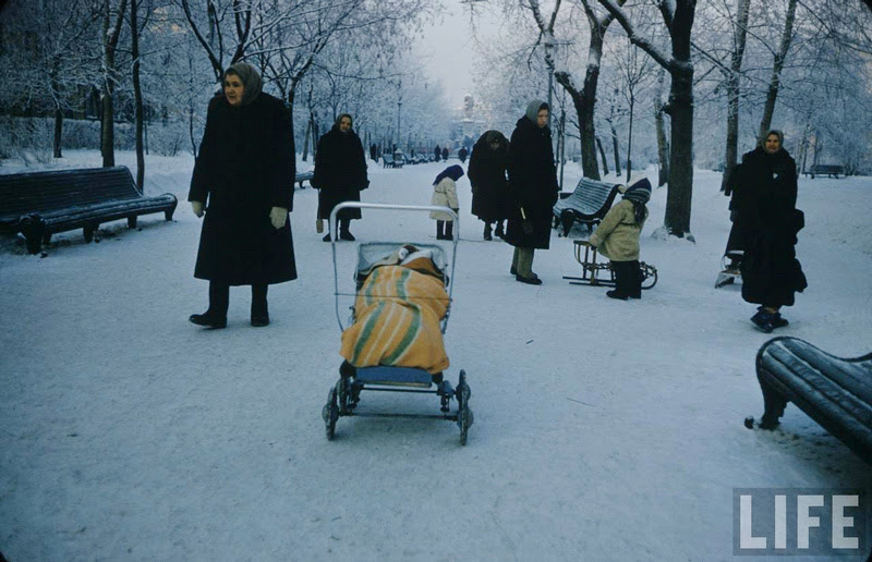 Vintage photos of the harsh winter in the era of Soviet Union - 15