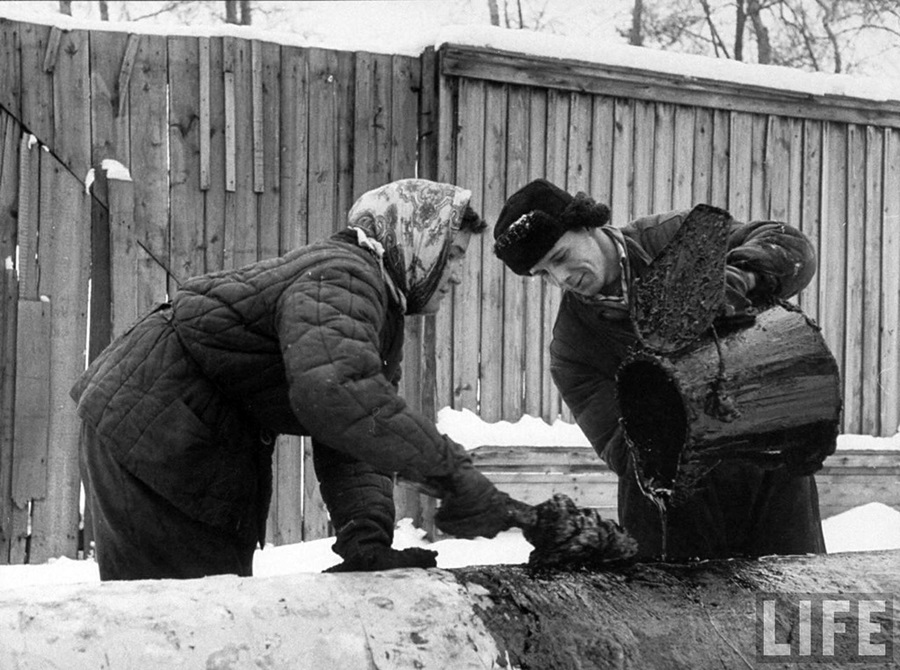 Vintage photos of the harsh winter in the era of Soviet Union - 34