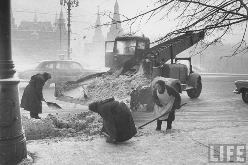 Vintage photos of the harsh winter in the era of Soviet Union - 35